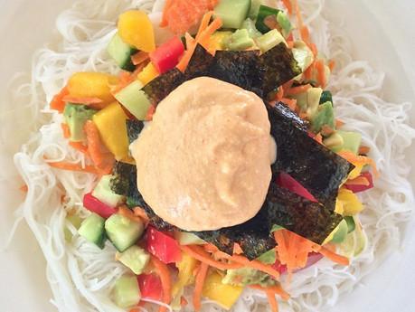 Sushi bol avec nori croustillantes et mayo épicée