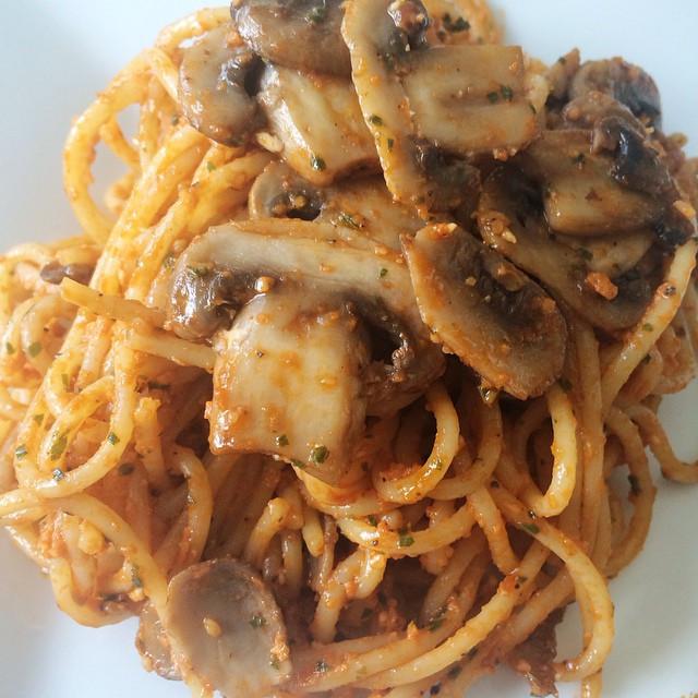 Spaghettis aux champignons et pesto de tomates | Dodo la Grano - recettes végétaliennes, santé et simples