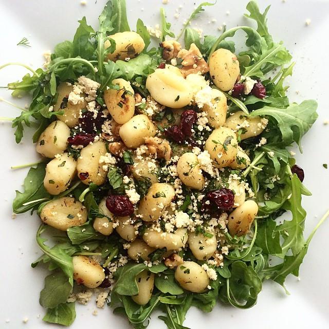 Salade tiède de roquette et gnocchis aux fines herbes| Dodo la Grano - recettes végétaliennes, santé et simples