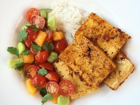 Tofu thaï et salade de tomates, mangue et concombre