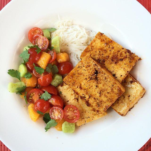 Tofu thaï et salade de tomates, mangue et concombre  | Dodo la Grano - recettes végétaliennes, santé et simples