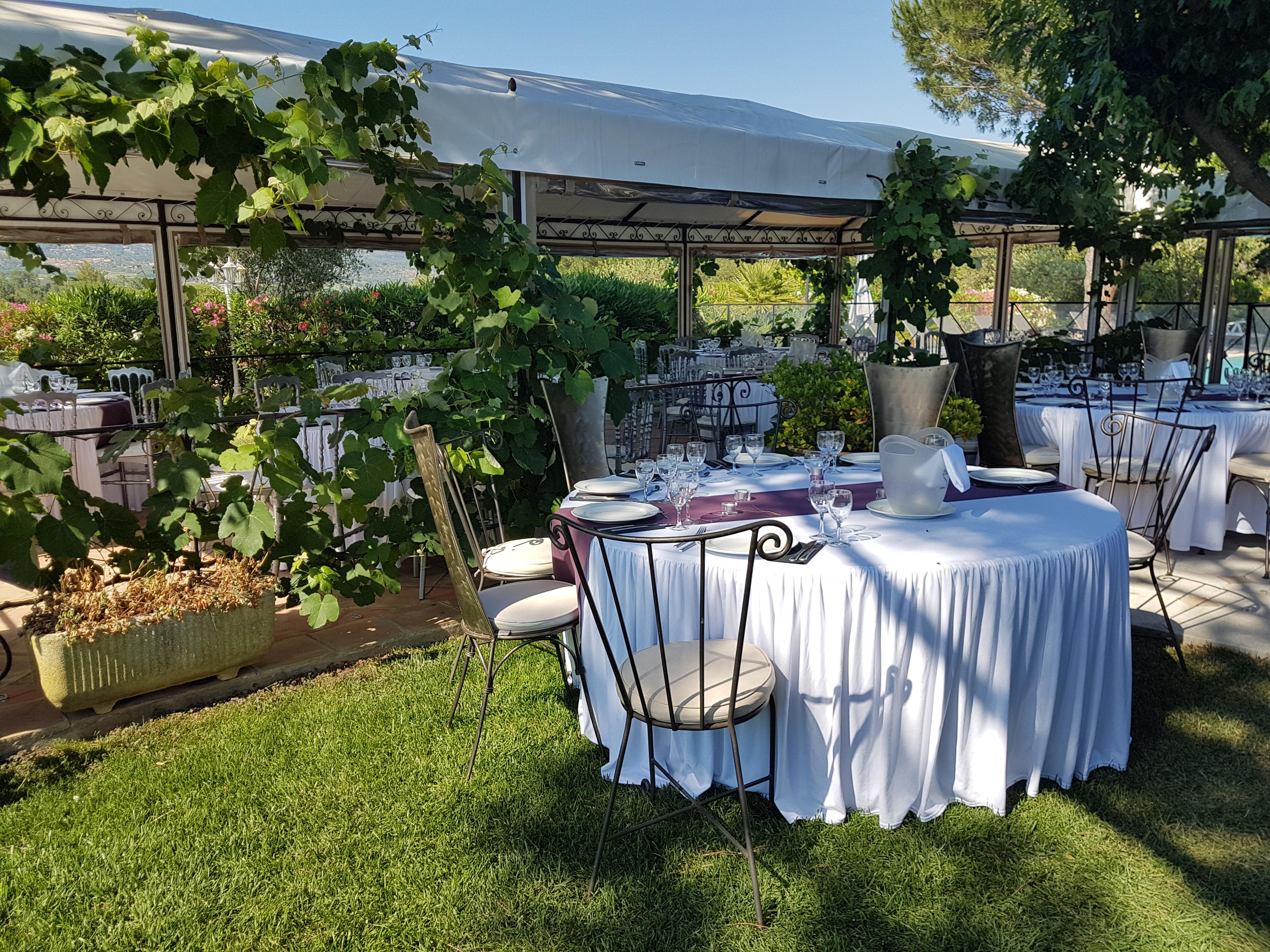 Belle tables rondes à l'extérieur