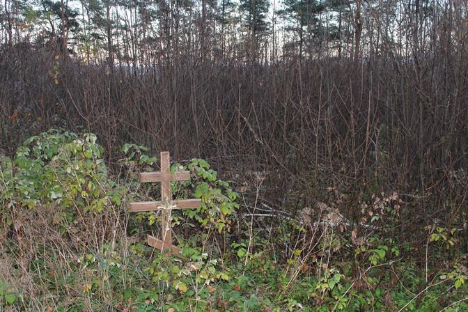 Несколько фотографий с маленького кладбища на окраине Себежа