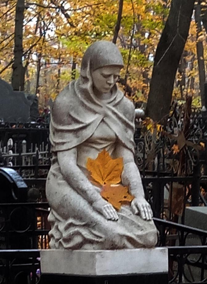 Плакальщица с осенним листом