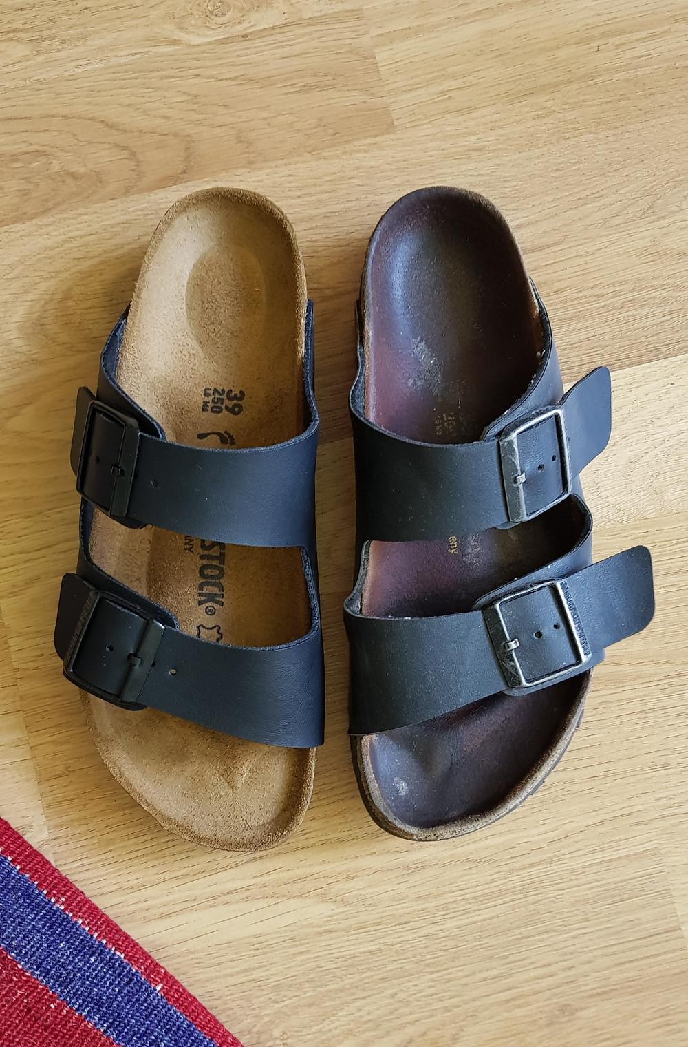 Kuvassa näkyy kaksi Birkenstockin Arizona-sandaalia. Vasemmalla puolella oleva sandaali on uusi ja oikealla puolella 6-7 vuotta vanha kulunut sandaali. Ero ulkonäössä on käytön jäljiltä suuri.