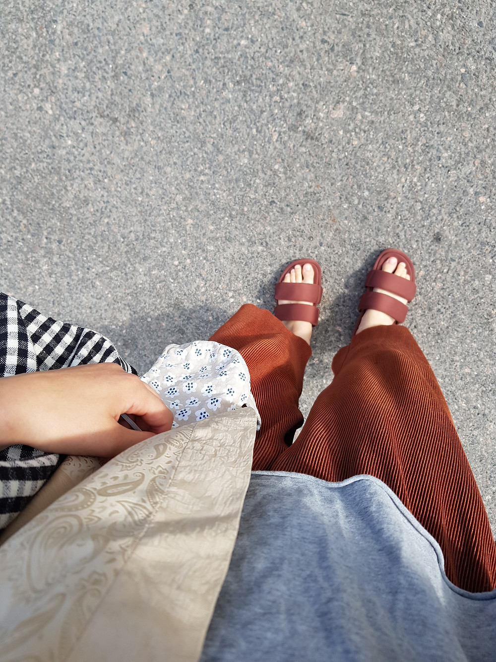 Kuva on ylhäältä päin, päälläni on oranssinruskeat muhkeat sandaalit, ruosteen väriset väljät housut, harmaa t-paita, beige ohut silkkikimono, mustavalkoruudullinen laukku ja kädessä Marimekon kankaasta ommeltu kasvomaski.