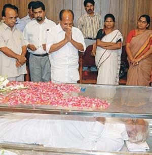 AK Antony, Defence Minister of India, paying homage to Joseph Edamaruku. Sanal Edamaruku, next to him.