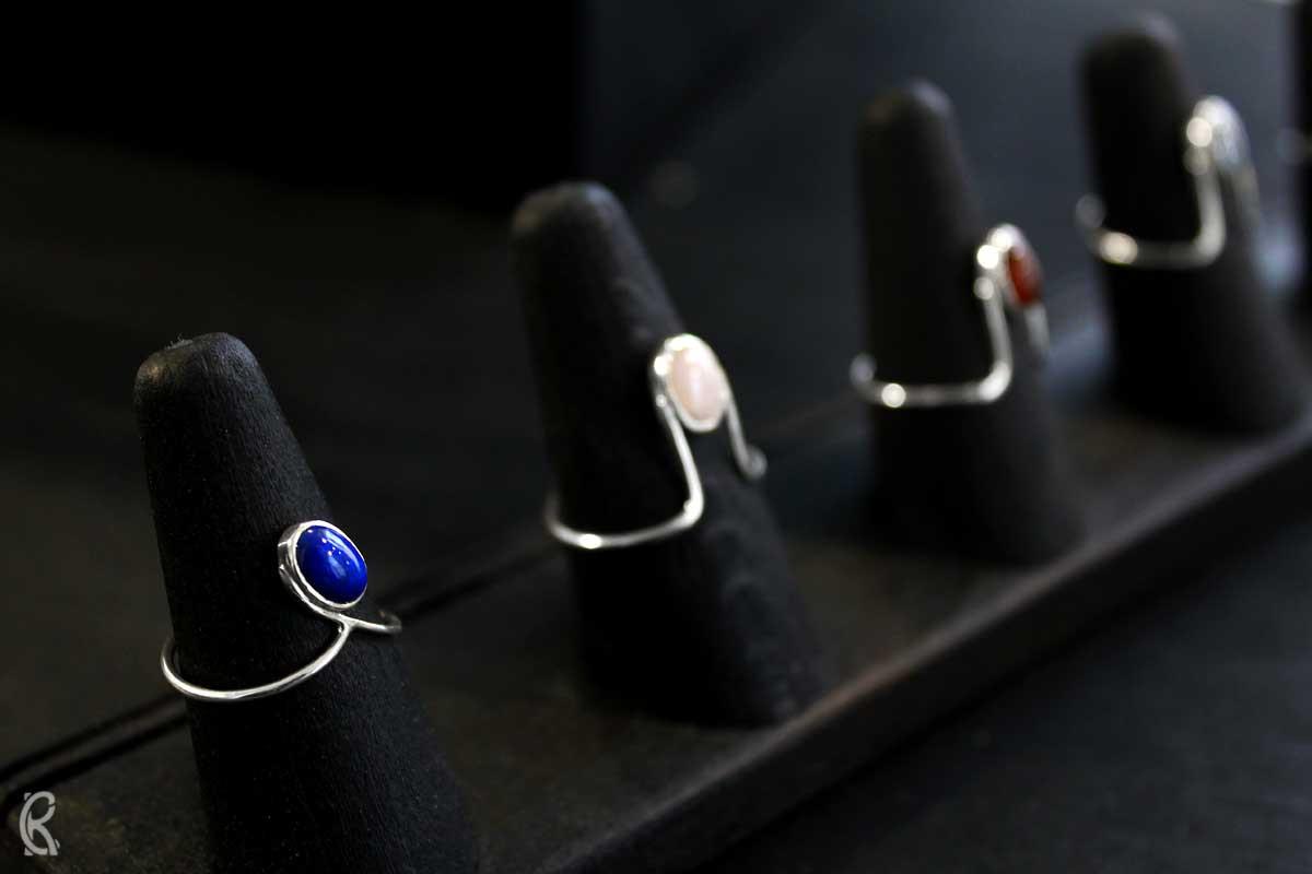 Robyn Chamberlain Goldschmiede l Hangefertigte Sterlingsilber und Steine Ringe