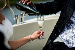 Champagne wordt ingeschonken, champagne, vieren, champagne inschenken, trouwen, trouwbelofte, bruiloft