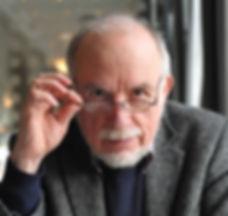 """Portrait von Lukas Fierz, Autor von """"Begegnungen mit dem Leibhaftigen - Reportagen aus der heilen Schweiz"""""""