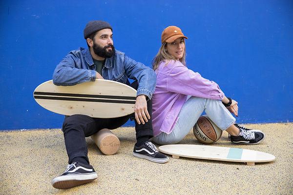 Un homme et une femme assis avec leur indoboard