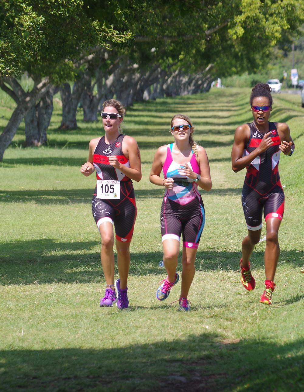 Elisabeth SIROUX (à droite) sur le triathlon par équipe du Colosse (crédit photo: Huit Jean Maire)