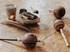 Kleine Rituale arbeiten intensiv mit unserem Geruchssinn, an dem viele unserer Erinnerungen gekoppelt sind. Sie lösen sich, wenn Wohlgerüche und die feinen Klänge ethnischer Instrumente uns berühren. Das isr Teil meiner schamanische Arbeit.
