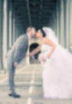 Mariés qui s'embrassent paris