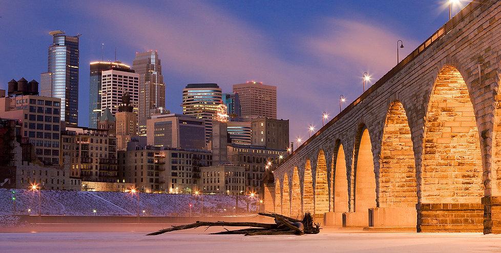Minneapolis_on_Mississippi_River.jpg
