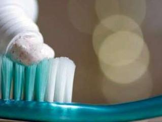 Las mujeres se cepillan los dientes más que los hombres