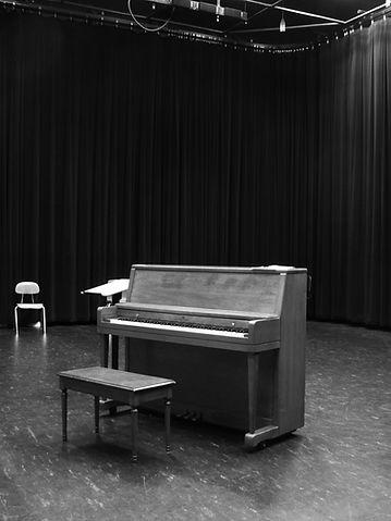 A piano standing in a reharsal room