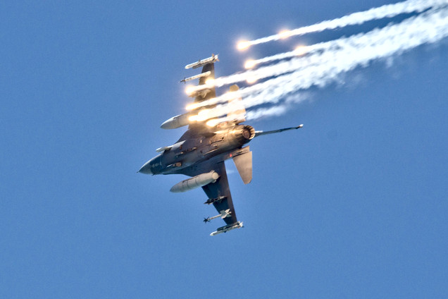 F-16D SEAD Releasing Flares
