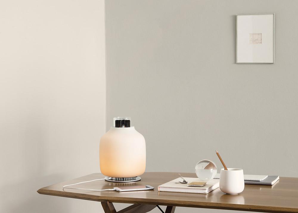 Candela lampe av Fransisco Gomea Paz. Denne lampen genererer sin egen strøm fra bio-etanol, og skaper nok strøm til å lade en smart-telefon.