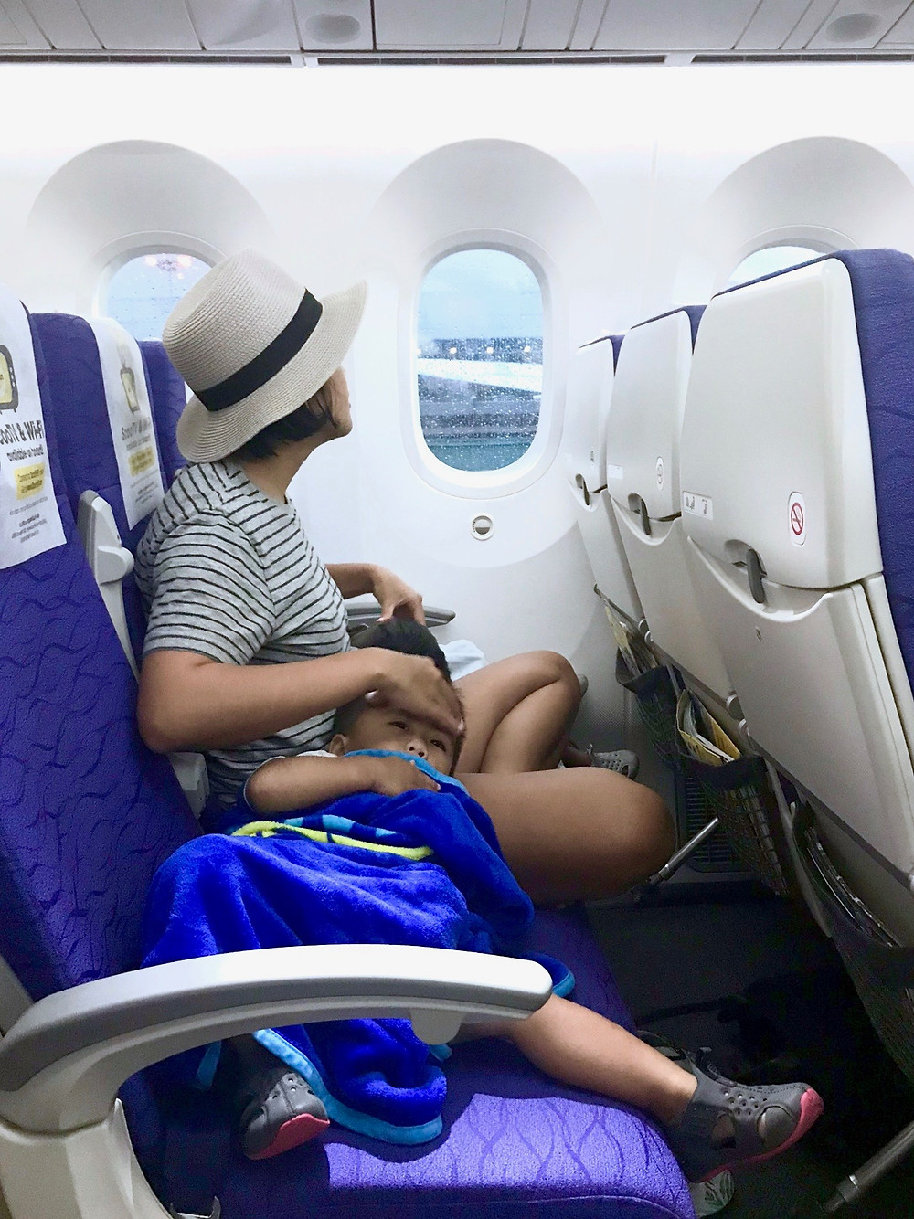 tips for long international flights with young kids // sunnyinjune.com