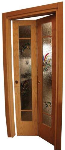 Porta simmetrica in frassino con vetro decorato in vetrofusione