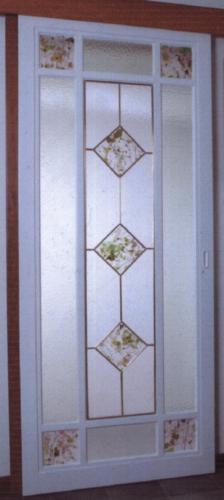 Porta scorrevole con telaietto a disegno con vetri fratturati rilegati in ottone