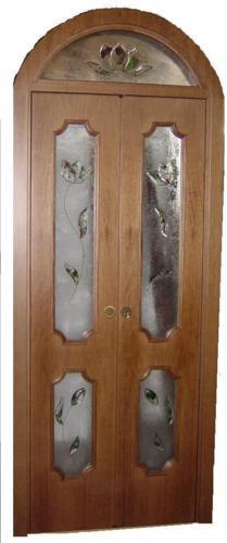 Porta simmetrica con vetri decorati in vetrofusione