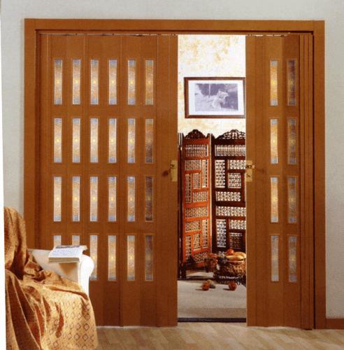 Porta a soffietto con chiusura centrale con quattro vetrini
