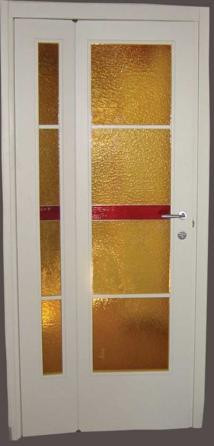 Porta asimmetrica realizzata con vetri cattedrali
