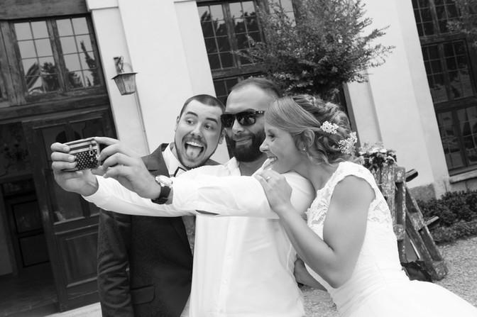 ua splendida foto cattura la spontaneità di questi sposi, durante il servizio fotografico del loro matrimonio. Matrimonio a Villa Perego, un rivevimento davvero molto elegante, fotografo a Villa perego da diversi anni, location di matrimonio consigliata!