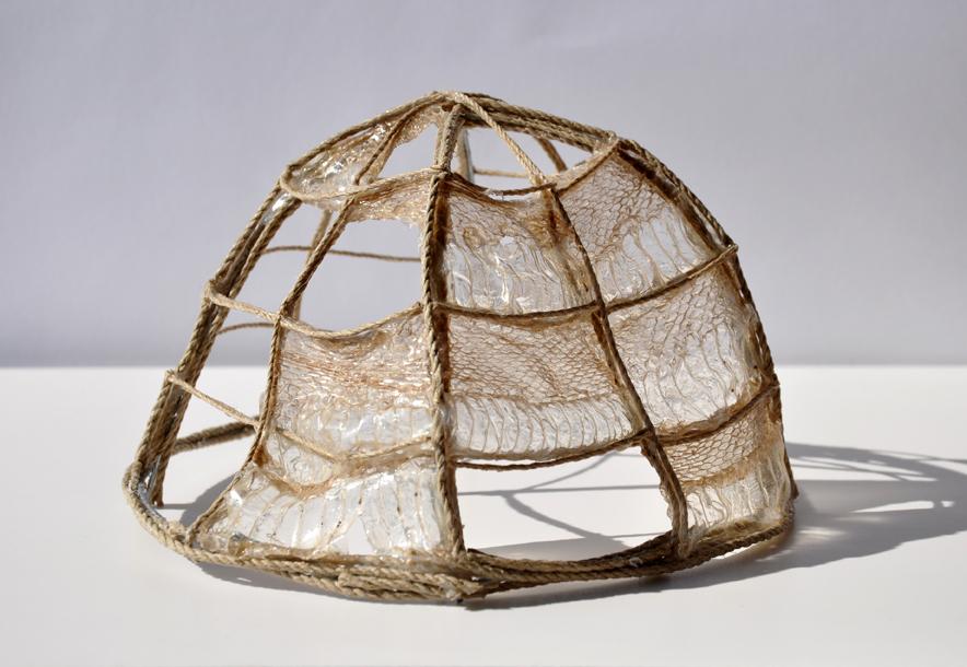 Giulia Berra, Jurta (Igloo), fil di ferro, corda, colla, spoglia di serpente, circa 11x17x18 cm, 201