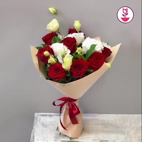Lisianthus blanco y rosas rojas