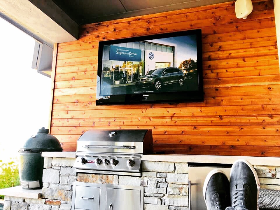 Outdoor kitchen with TV Mount
