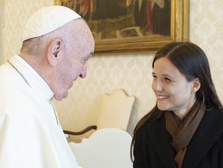 Entre os bispos, uma mulher chamou a atenção do Papa