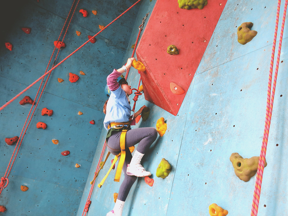 Child crosses the midline in rockclimbing