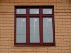 окно пвх со шпросами золото
