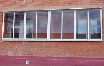 Остекление лоджий в кирпичном доме раздвижными AL окнами в Красноярске