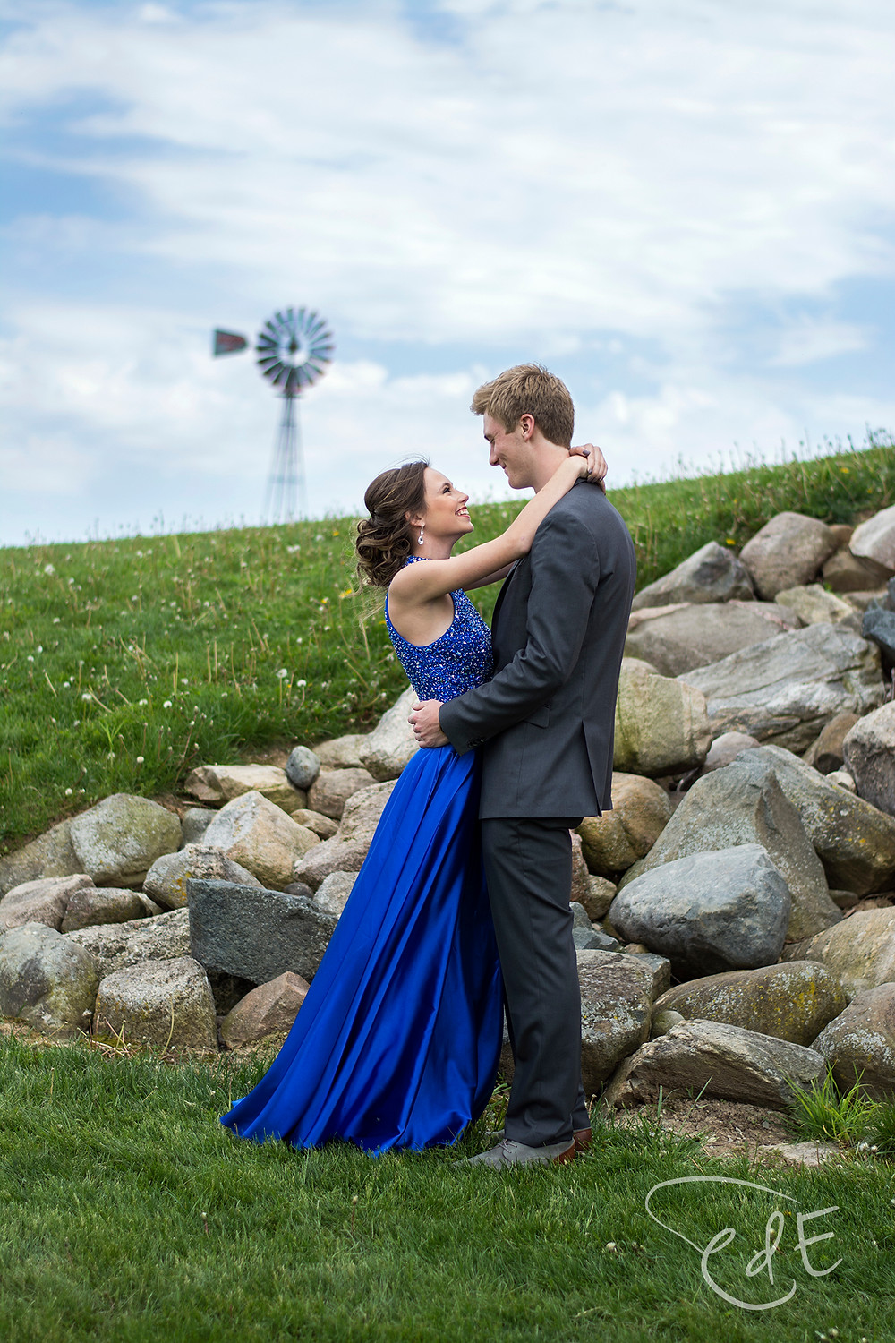 Prom couple at Salomon Farm with blue sky and windmill