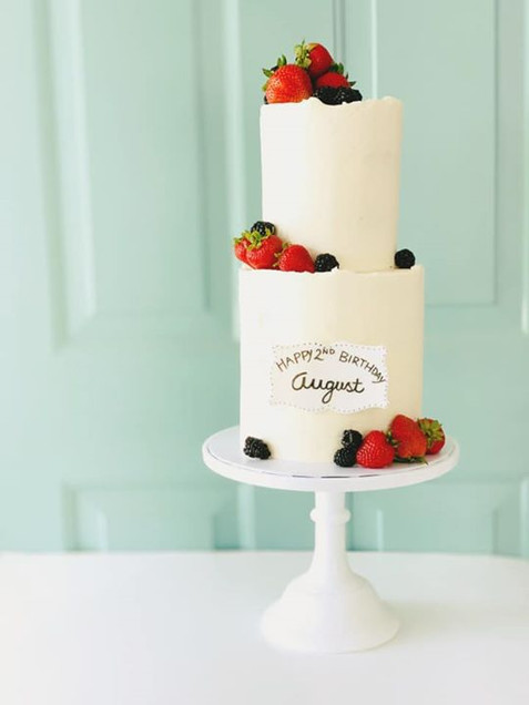 Buttercream cake with fresh berries