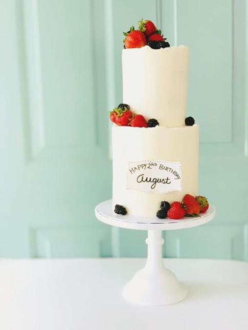 Buttercream cake with fresh berries