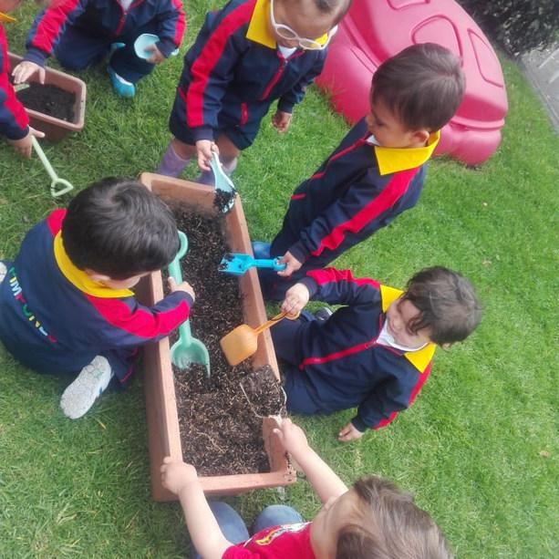 Niños y Niñas aprendiendo a sembrar