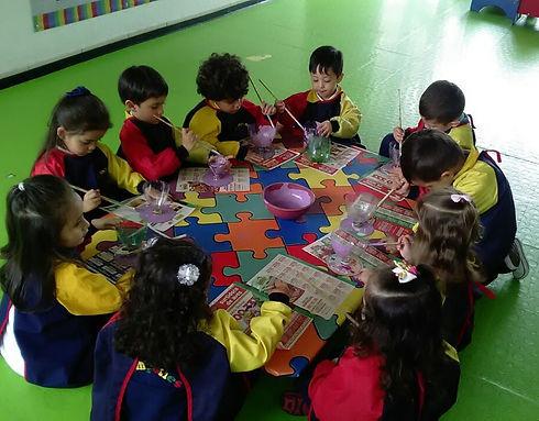 Niños y niñas haciendo manualidades con creatividad