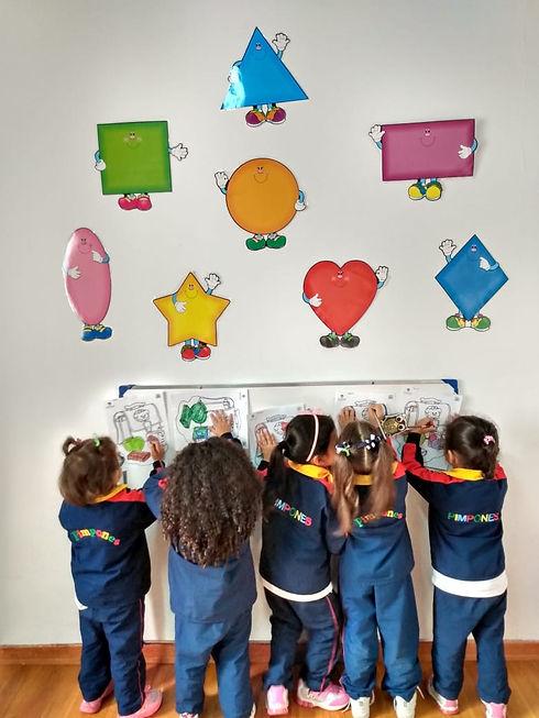 Niños y niñas aprendiendo las figuras desarrollando su pensamiento matemático
