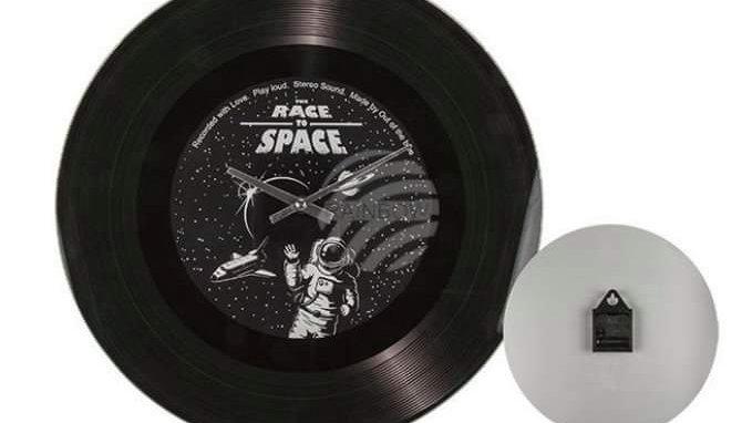 Horloge murale en verre, The Race to Space