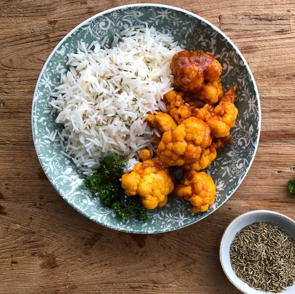 Witte basmati rijst met bloemkool in rod