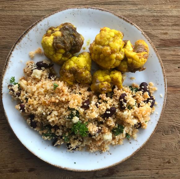 Veganistische maaltijd met couscous, bru