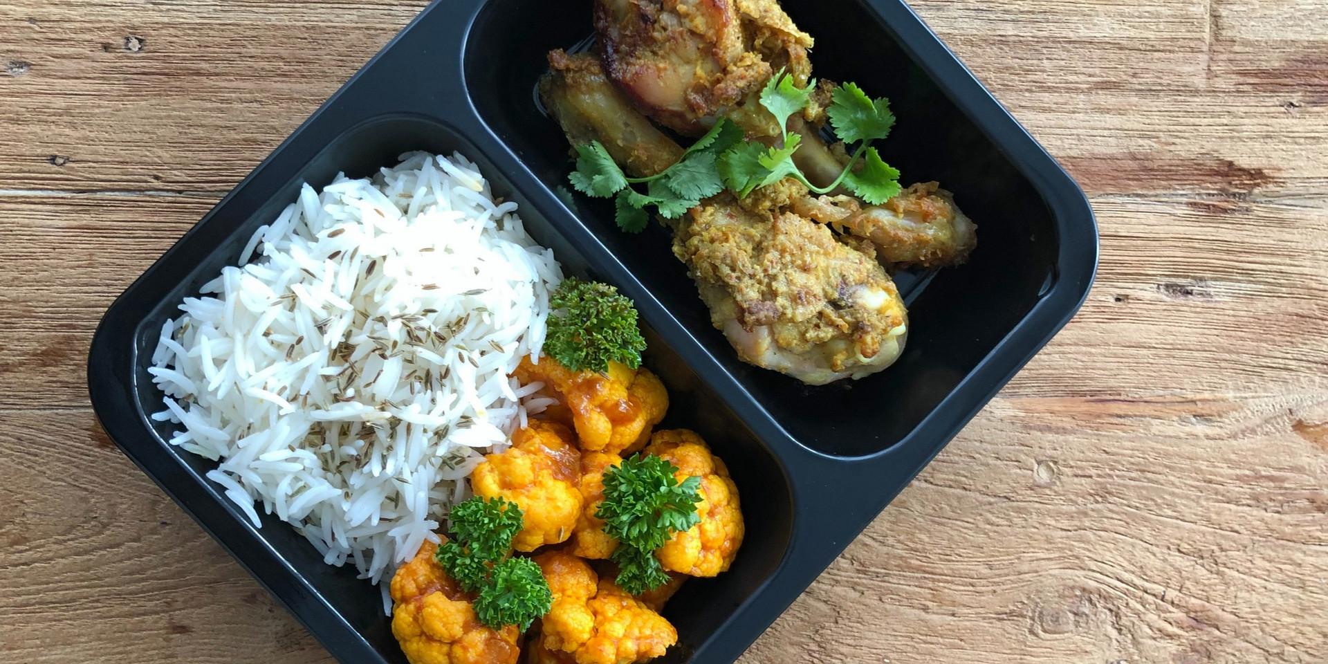 Witte basmati rijst met gekruidde kippen