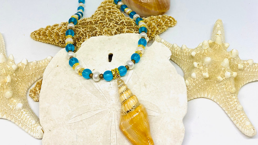 Shell necklace with freshwater pearls and blue beads