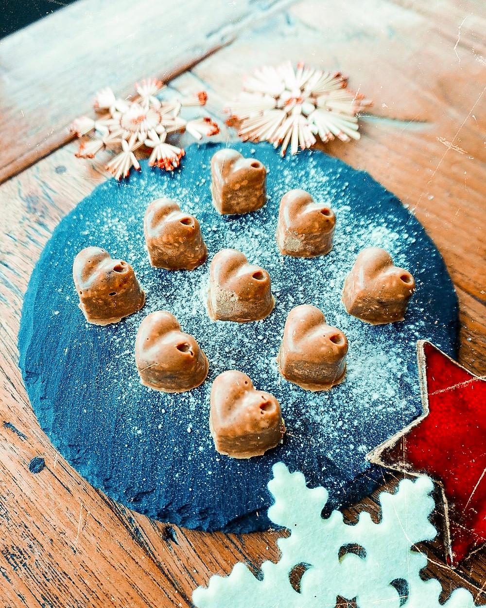 Fotos der Weihnachtskekse in Herzform.