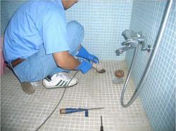 風呂の排水管詰り解消作業の様子